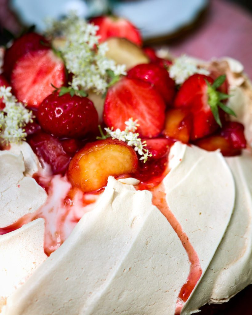 Decadent saffron rice cake recipe: Pavlova crown with fruits and flowers